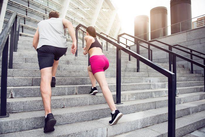 Жиросжигающая круговая тренировка на лестнице