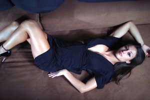 Брюнетка Christina Vargas - идеальное тело