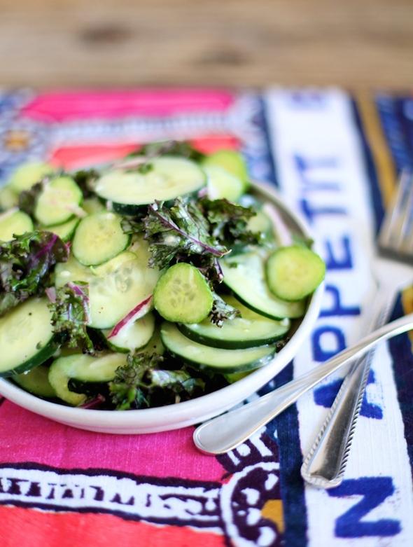 Легкий сырный салат с огурцом и салатом кейл